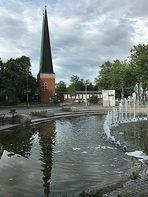 Spiegeltag- Pfarrkirche im Brunnen gespiegelt