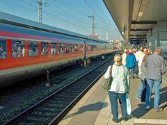 Spiegeltag- Spiegelung Reisender im Zug