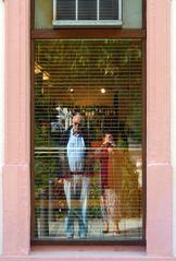 Spiegeltagmotiv: Adeltraut und KH im Schaufenster