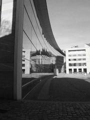 Spiegelung am/im Neuen Museum 01