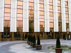 Spiegelung der Fischerbastei im Hilton-Hotel
