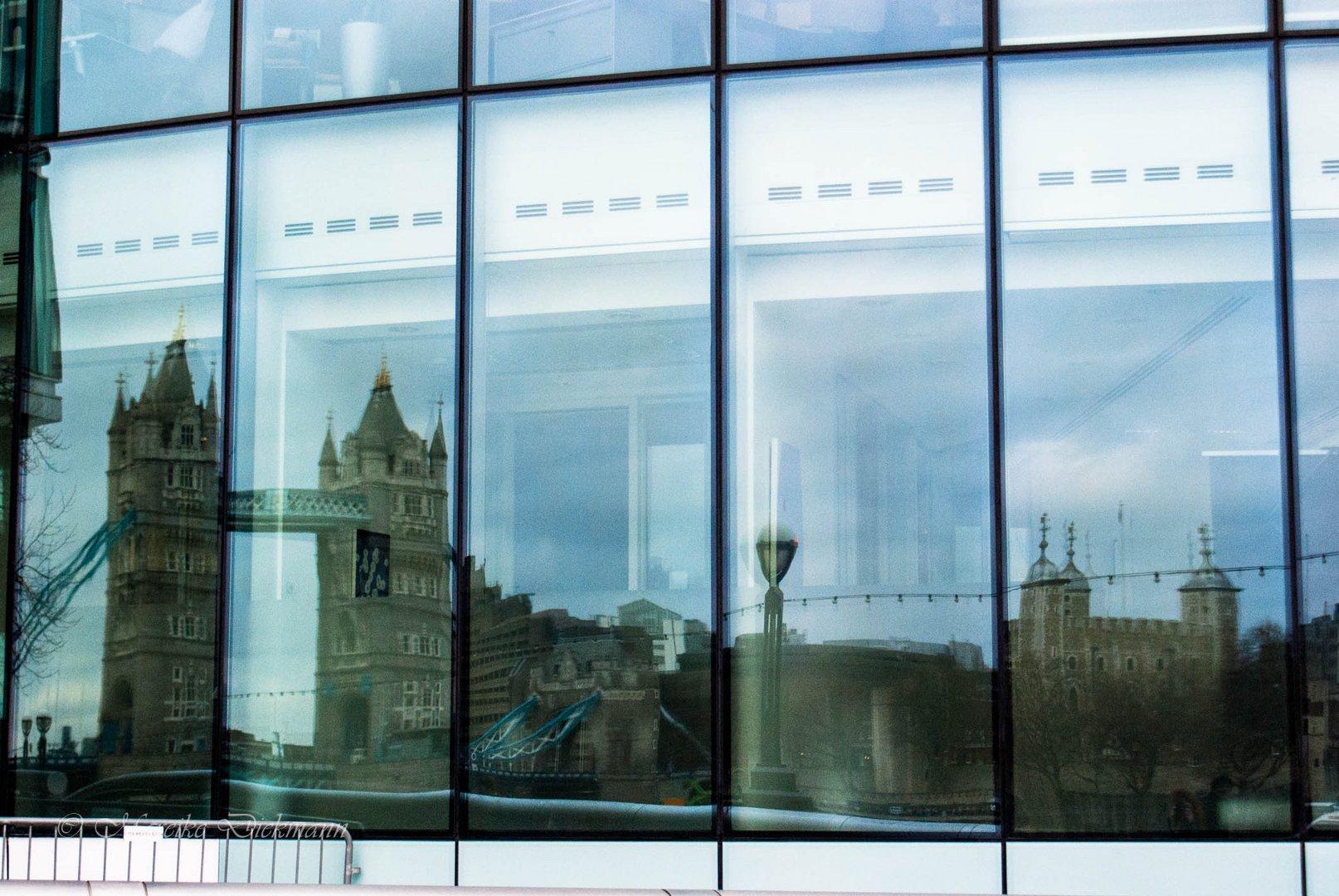 Spiegelung der Tower Bridge