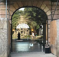 Spiegelung des Hugenottenbrunnens