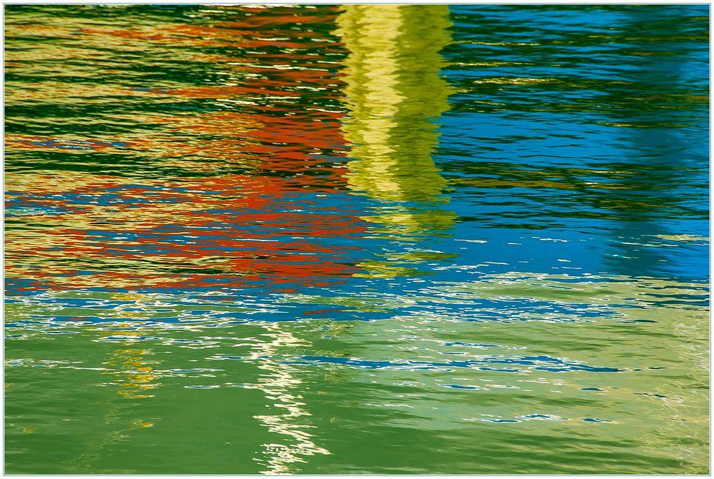 Spiegelung im Hafen - schöne Abstraktion...