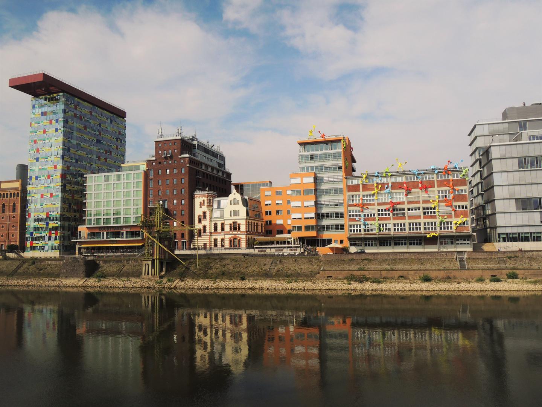 Spiegelung im Medienhafen in Düsseldorf