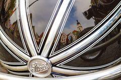 Spiegelung im Oldtimer-Beiwagen