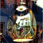 Spiegelung im Schaufenster eines Lampenladens