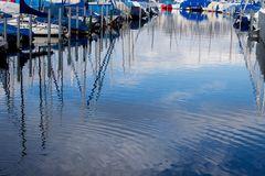 Spiegelung im Segelhafen