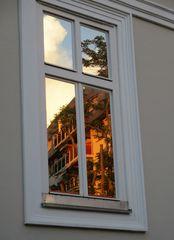Spiegelung in einem Fenster
