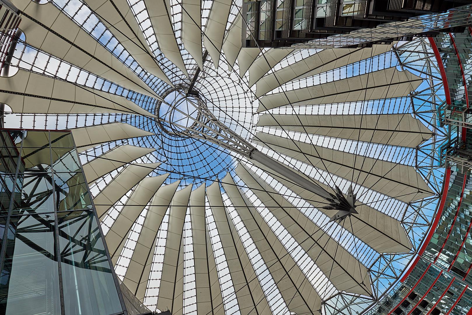 Spiegelungen gibt es genug unter dem SONY CENTER DACH in Berlin Mitte zu sehen.