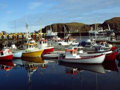 Spiegelungen im Hafen in Island