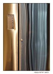 Spiegelungen in der Kühlschranktür