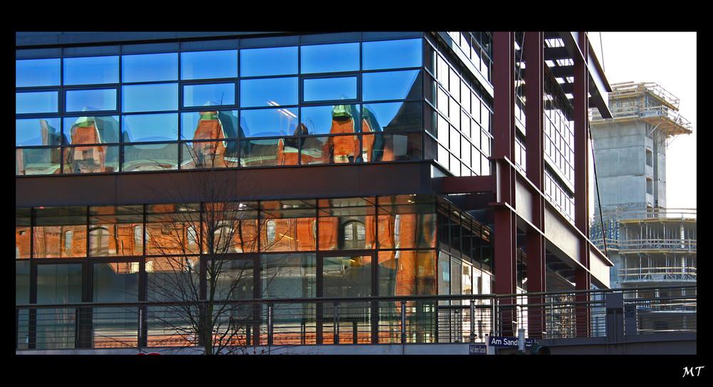 Spiegelungen in der Speicherstadt - Serie Hamburg Bild 2
