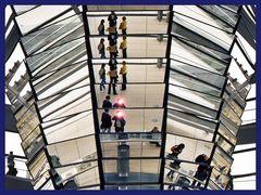 Spiegelungen und Fotoblitze im Reichstag