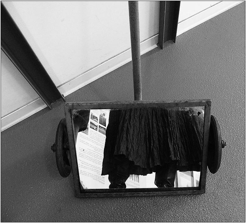 Spiegelwagen zur Kontrolle der Fahrzeugböden