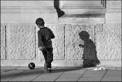 Spiel mit Ball und Schatten - 2