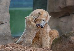 Spielen und Schmusen mit Mama