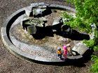 Spielende Kinder am Brunnen