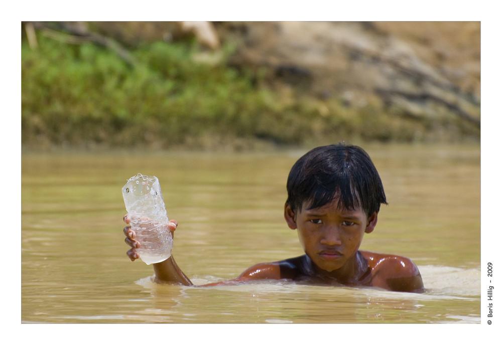 Spielendes Kind in Kambodscha