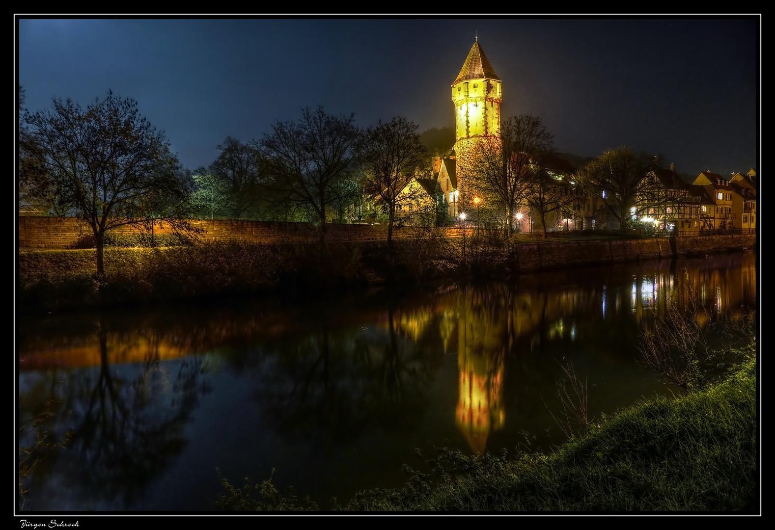Spitzer Turm in Wertheim spiegelt in der Tauber