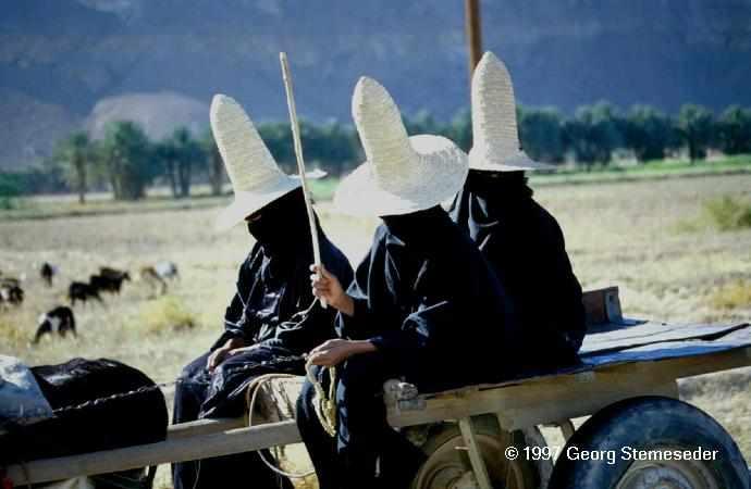Spitzhüte sind die Antwort der Frauen auf die Blicke fremder Männer.