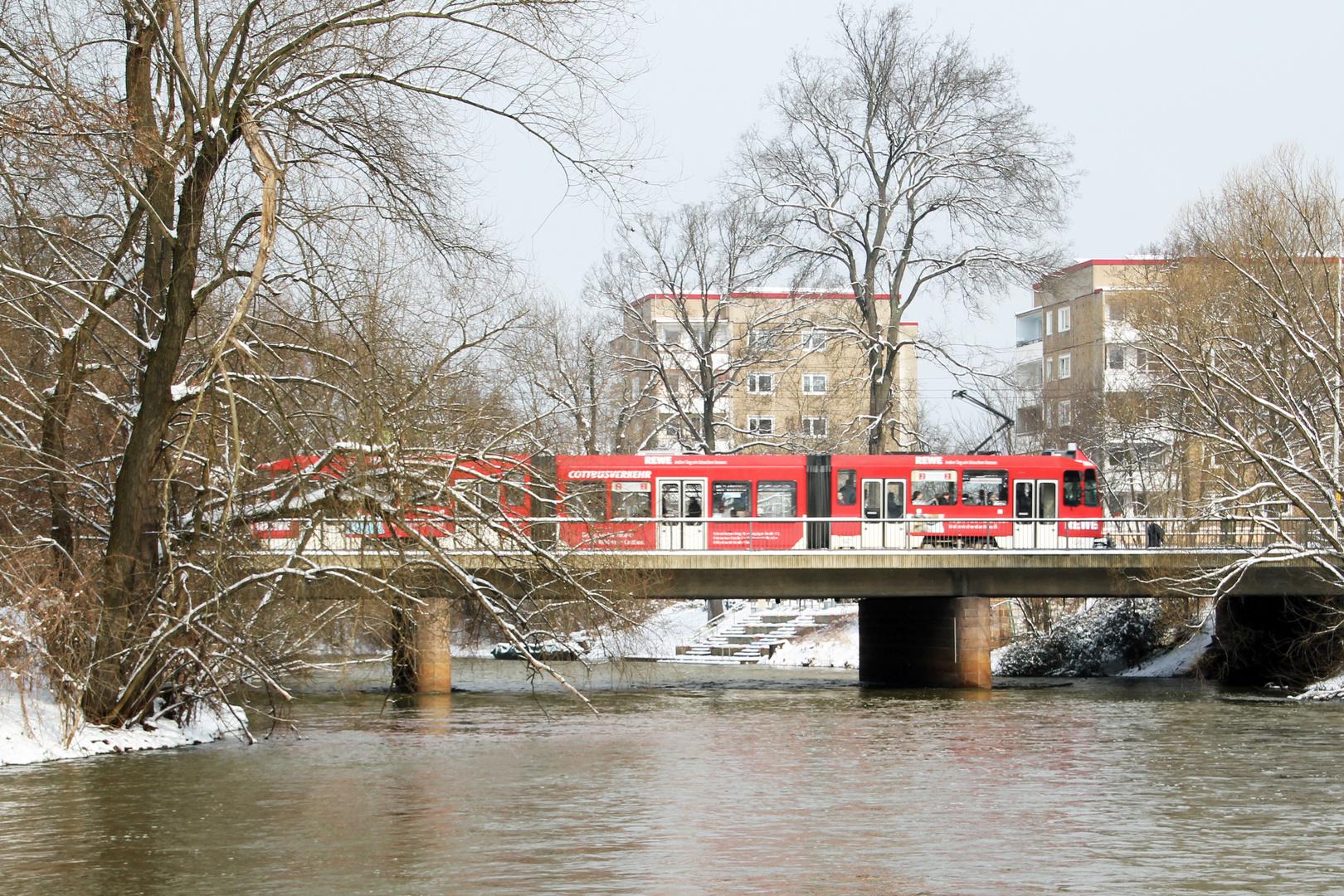 Spreebrücke mit Straßenbahn in Cottbus / Sandow
