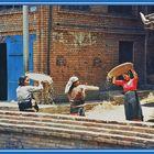 Spreu vom Weizen trennen ,   Bhaktapur  Nepal