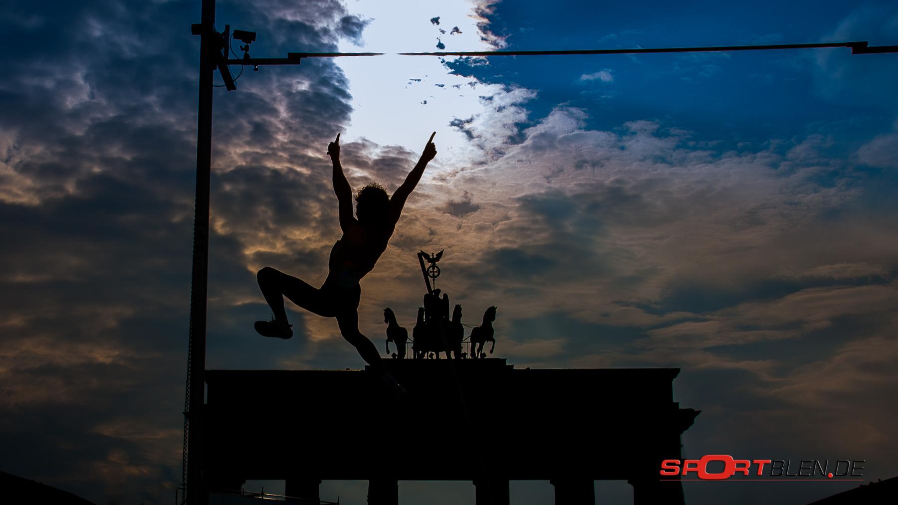 Stabhochsprung am / über das Brandenburger Tor