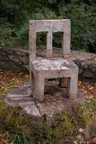 Stabiler Holzstuhl an der Michaelsberg-Kapelle
