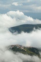 Stadt in den Wolken