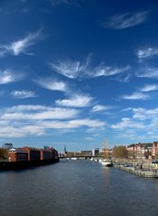 Stadt und Fluß mit Wolkenschauspiel
