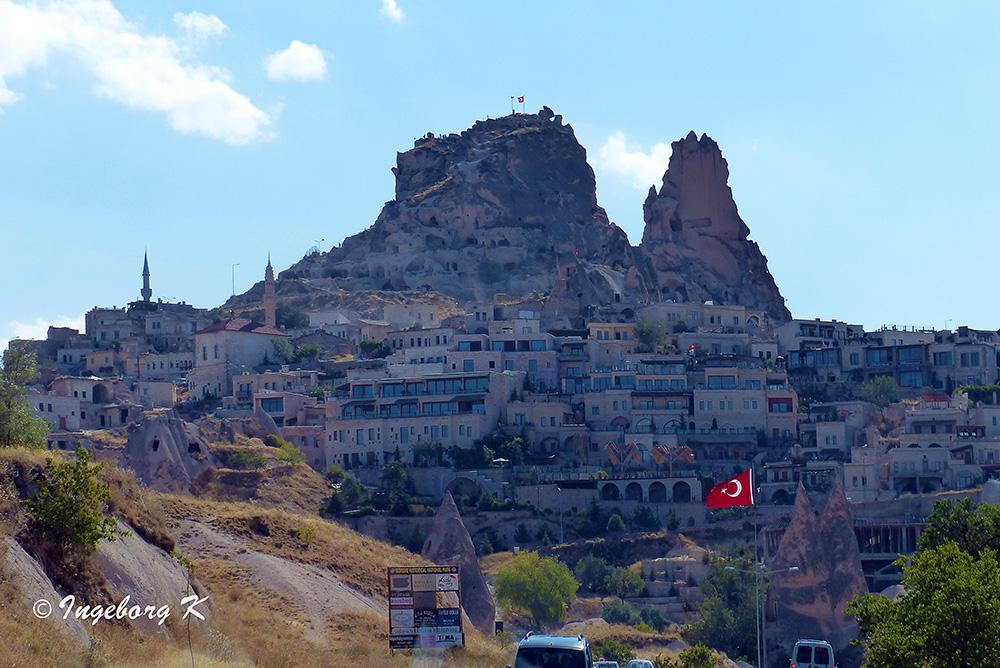 Stadt Uschisar - die Höhlen oberhalb der Stadt sind teilweise noch bewohnt