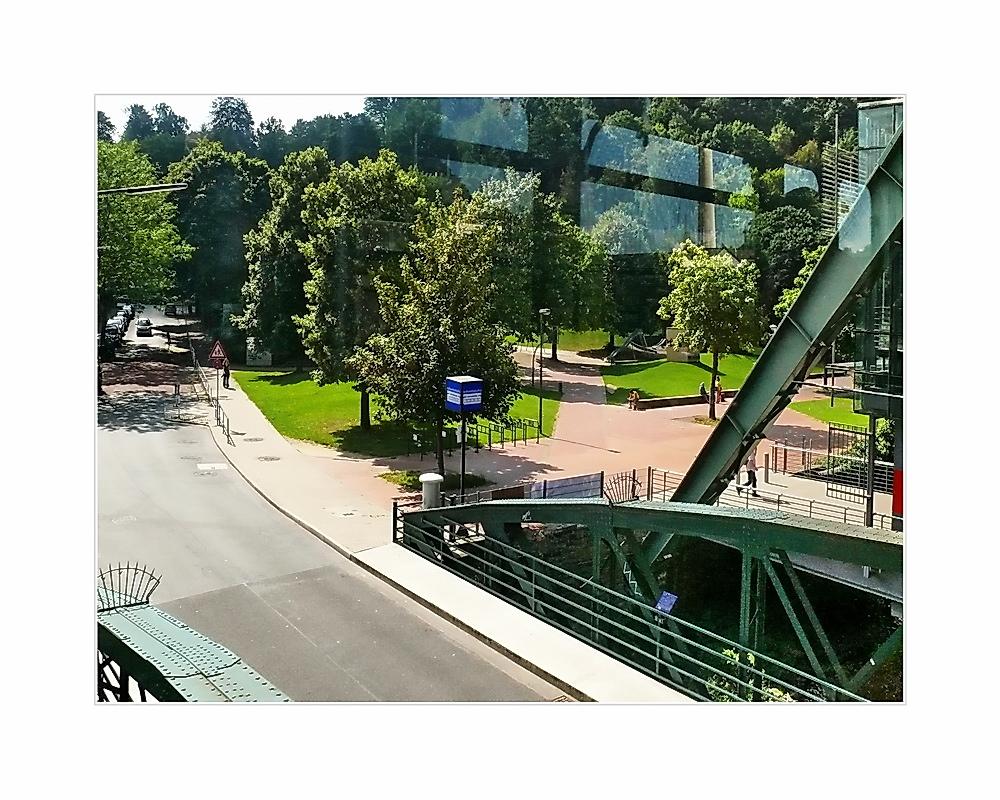 Stadtbild 61 ... Pestalozzistr., schönste Haltestelle (Grünanlage, und Vorplatz)
