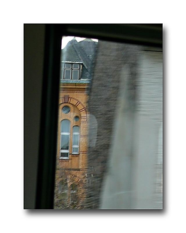 Stadtbild Wuppertal 65 (Schwebebahn flitzt flink durch die Stadt)