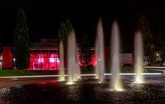 Stadthalle mit Wasserspiel