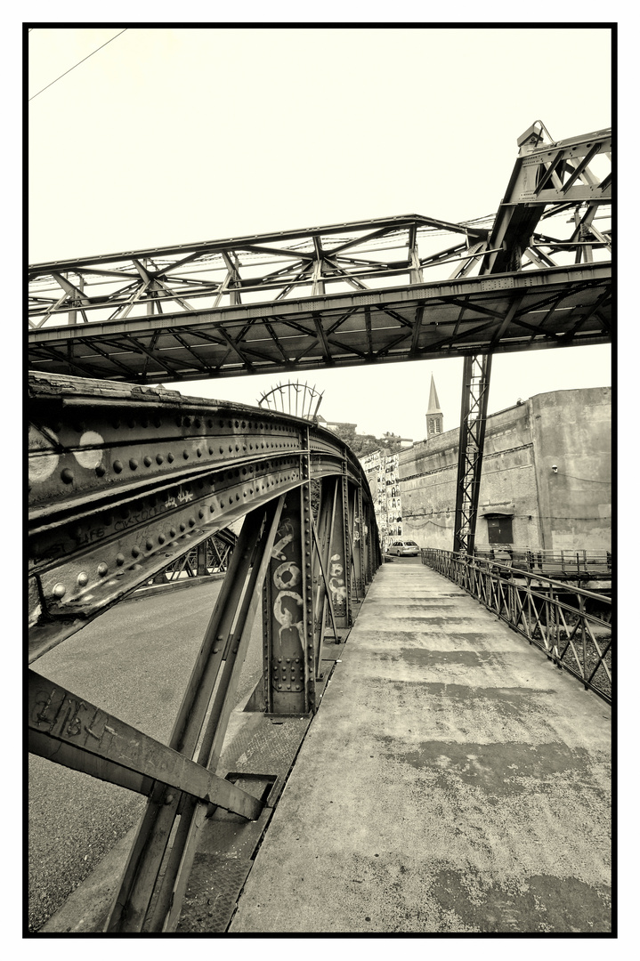Stahlbrücke und Schwebebahnaufhängung