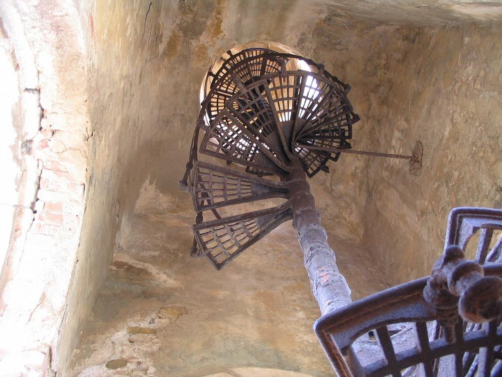 Stahltreppe im Turm, Mausoleum auf Elba