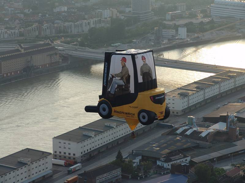 Stapler über dem Mannheimer Hafen