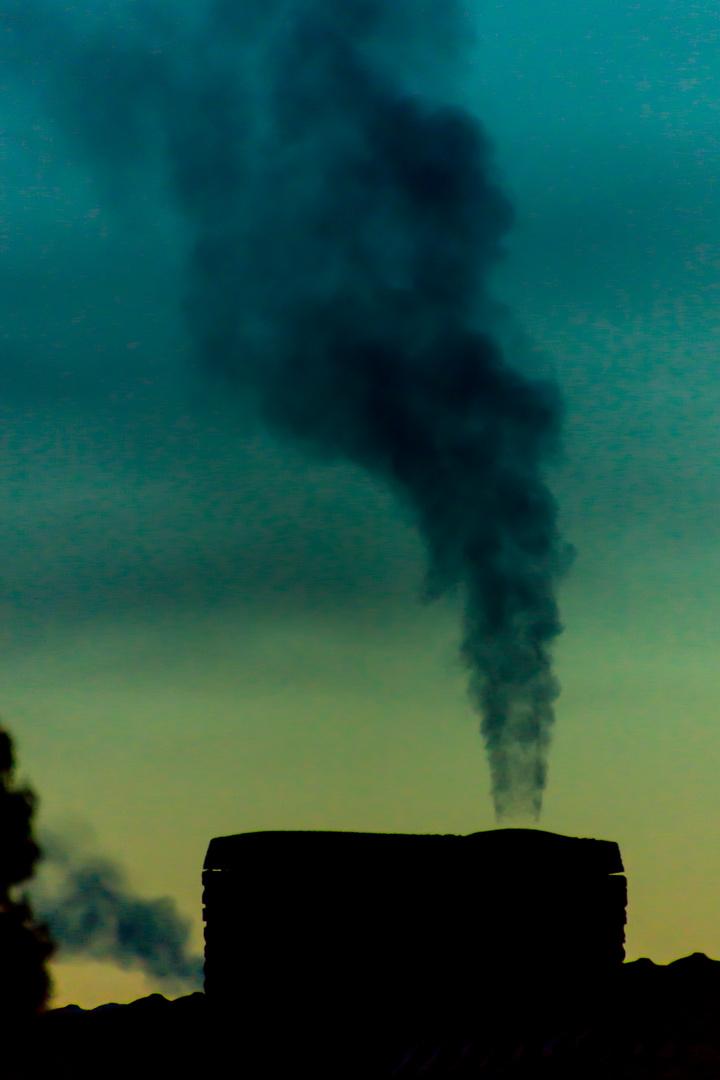 Start in einen neuen (kalten) Tag - rauchender Schornstein II