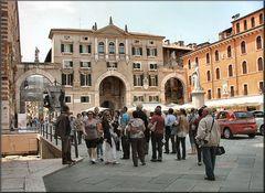 Statua di Dante in Piazza dei Signori.