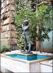 Statua in Lungoarno del Tempio...Firenze.