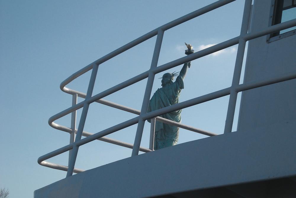 statue de la liberté vue du bastingage d'un bateau