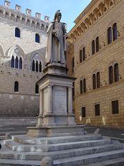 Statue des Sallustio Bandini auf der Piazza Salimbeni in Siena