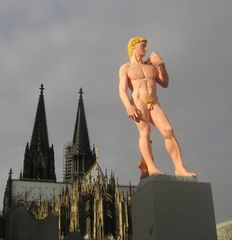 Statue mit Hintergrund