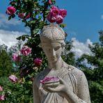 Statue mit Rosenblüte