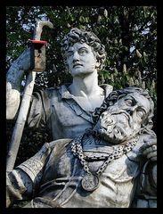 Statue mit Vogelkasten