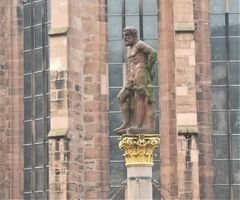 Statue vor Kirche HD P20-19-col
