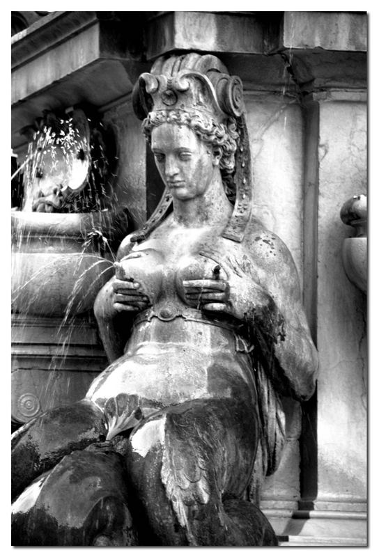 Statue .... xxx ...