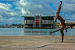 Statur vor dem Oceanario de Lisboa