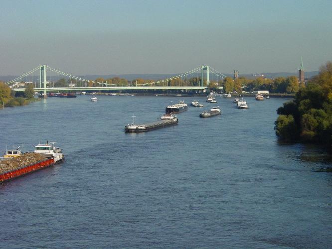 Stau auf dem Rhein